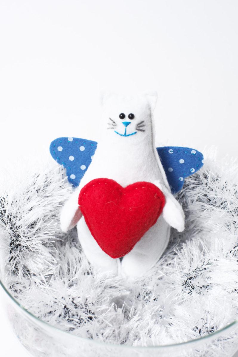 Кот с крыльями и сердечком