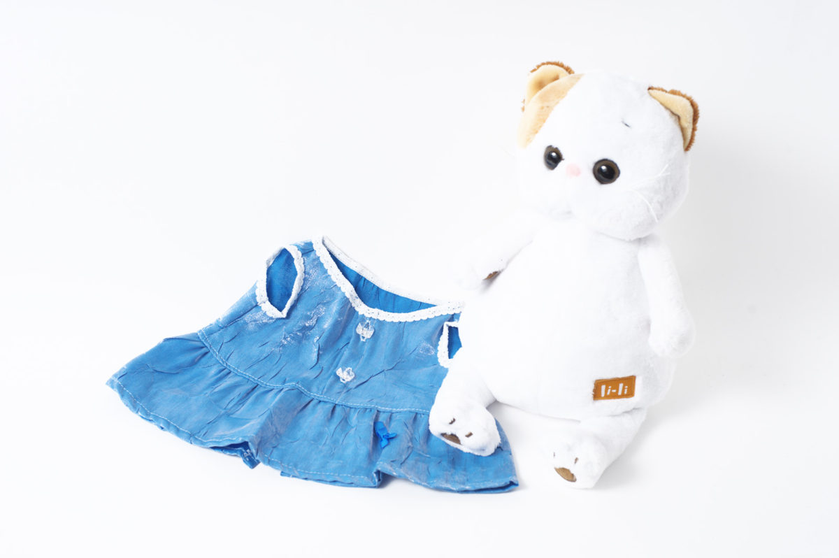 Платье голубое с пуговицами спереди и отделкой кружевом