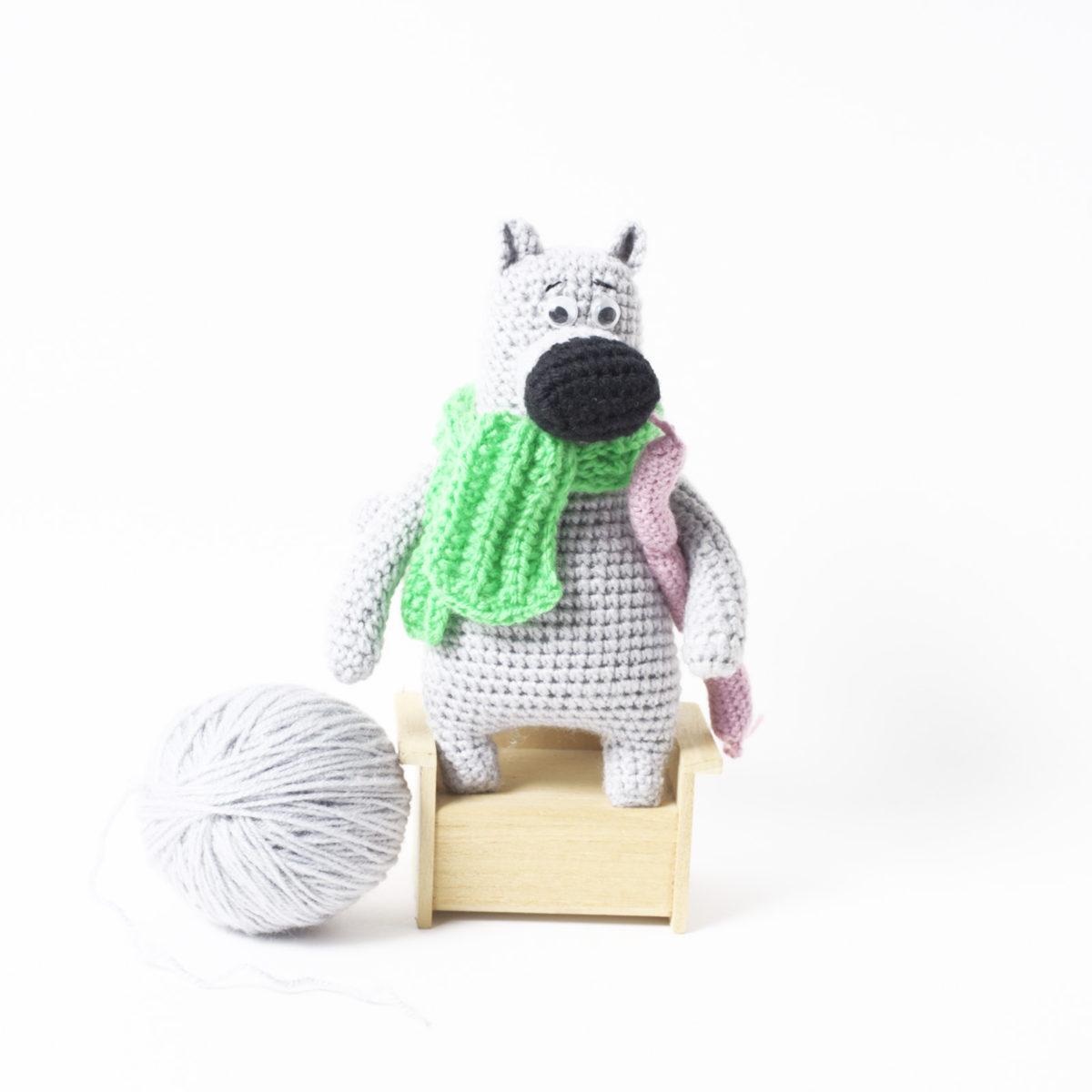 Волк с сосисками в зеленом шарфе