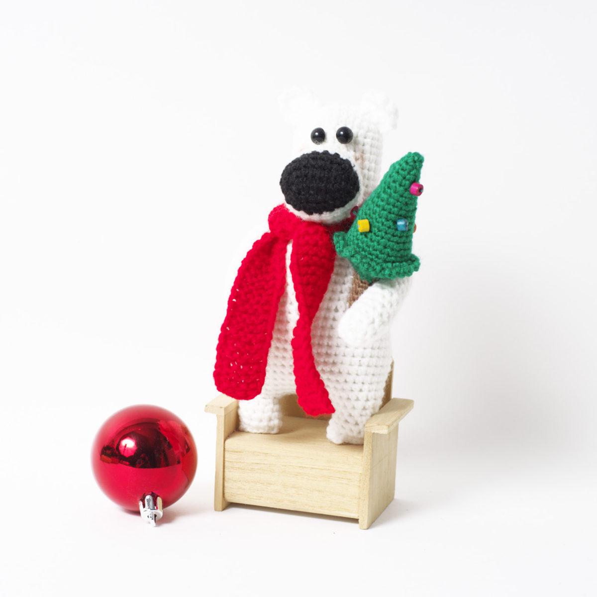 Мишка с елкой в красном шарфе